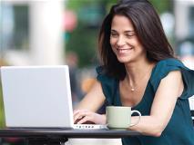 Mujer en computadora portátil